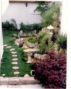 Jardin con cascada, puente y pagoda