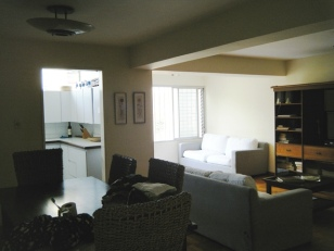 Sala hacia ventana, cocina