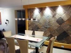 Comedor con detalle de pared diseñada
